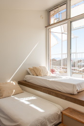 The twin bedroom of the Sky Suite AirBnb at Arcosanti | Bare Escape